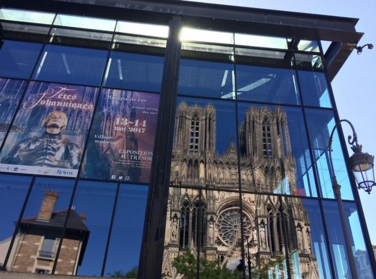 La cathédrale de Reims en reflet sur la médiathèque. © Traces Ecrites