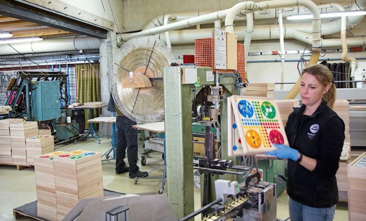 Spécialiste des emballages en bois, Marotte fabrique des coffrets, mais aussi, comme ici sur la photo, des boîtes de jeux. © Traces Ecrites