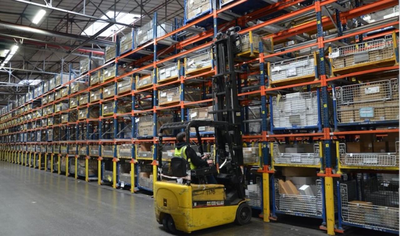 Dans l'entrepôt de pièces détachées de PSA à Vesoul : le site tourne à 40% de sa capacité pour livrer les métiers de la réparation des véhicules. © Groupe PSA Vesoul IAHP.