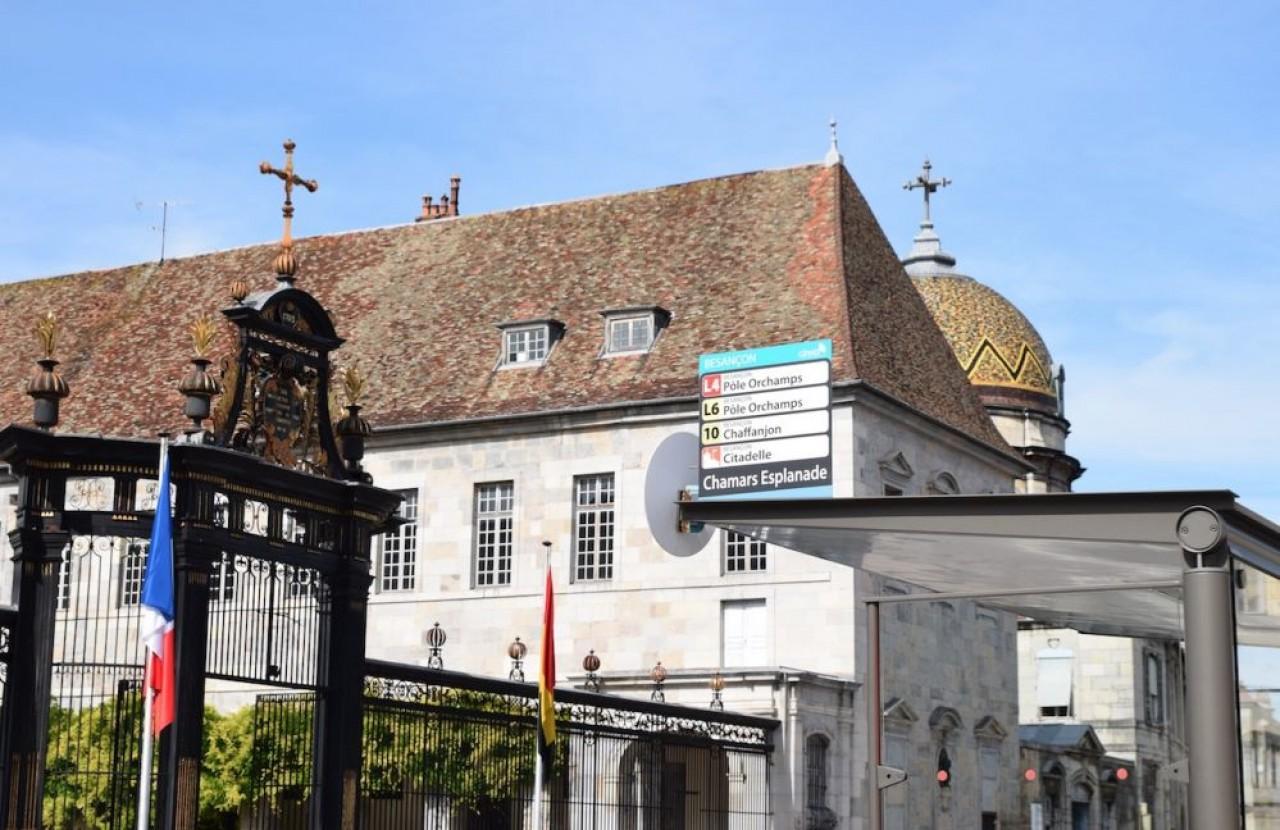 L'entrée du site hospitalier Saint-Jacques au centre-ville de Besançon, où le groupe Vinci implantera des logements, des commerces, des bureaux, un hôtel trois étoiles et un centre des congrès. © Traces Ecrites