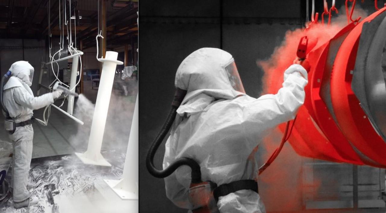 L'un des collaborateurs d'Arc en Ciel en train de poudrer (thermolaquage) des pièces. © Arc en Ciel