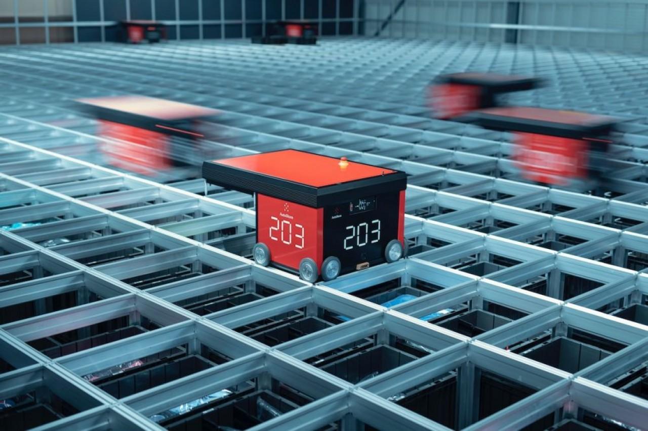 Autostore est un système de stockage en colonnes avec manutention par un robot. Le gros avantage est l'absence d'espaces vides © Dematic