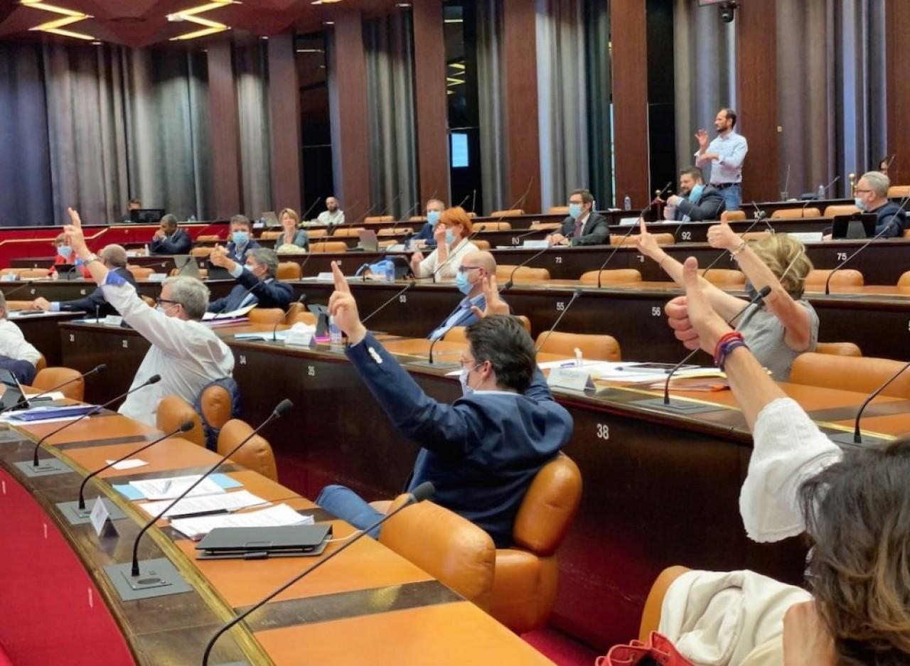 Le conseil régional de Bourgogne-Franche-Comté réuni ce 24 avril à Dijon en comité restreint : un tiers des élus, chacun disposant de deux procurations de leurs collègues. © Arnaud Morel