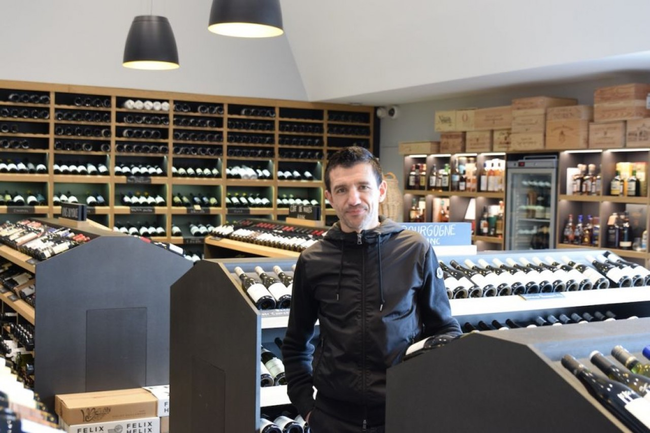 Eric carrière, ancien joueur de football de ligue 1 et de l'équipe de France, ici au milieu de sa boutique dijonnaise de vente de vin. © Traces Ecrites