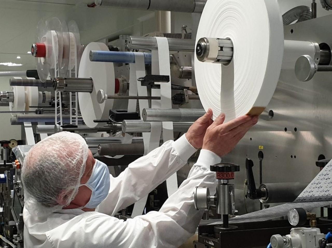 Tous les salariés d'Adhex Technologies en activité bénéficient de protections. Ici un opérateur sur une ligne d'adhésifs. © Roland de la Brosse