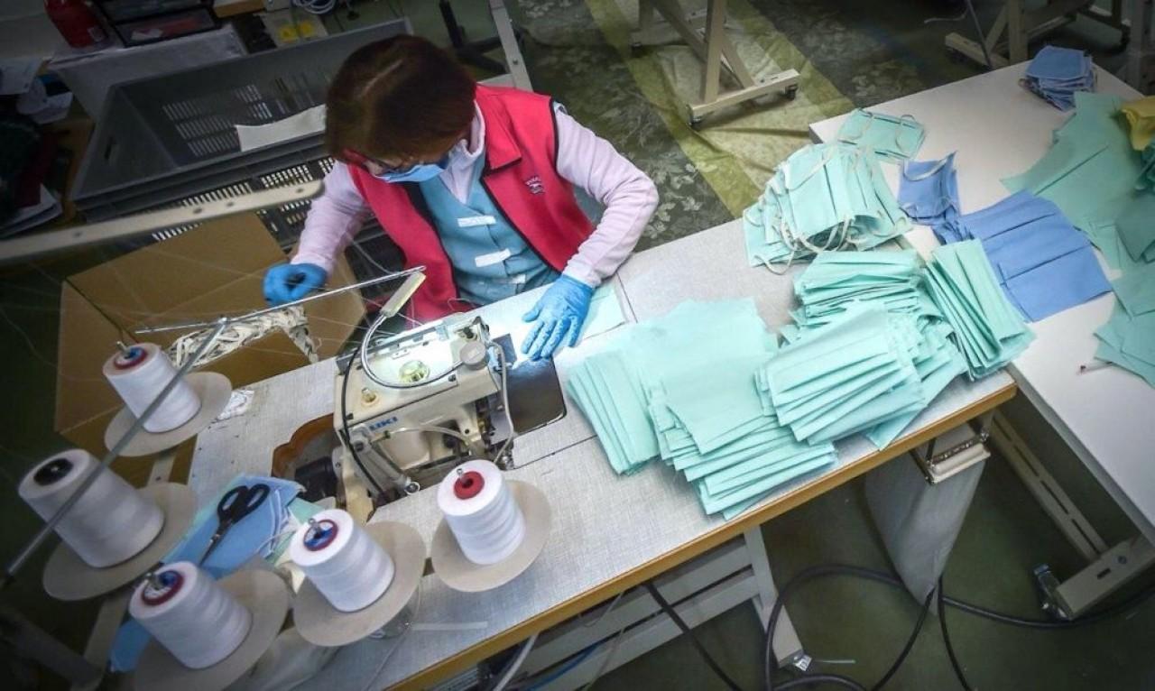 La manufacture Garnier-Thiebaut maintient une douzaine de couturières en activité pour fabriquer entre 2.000 et 3.000 masques anti-émissions par jour. © Garnier-Thiebaut