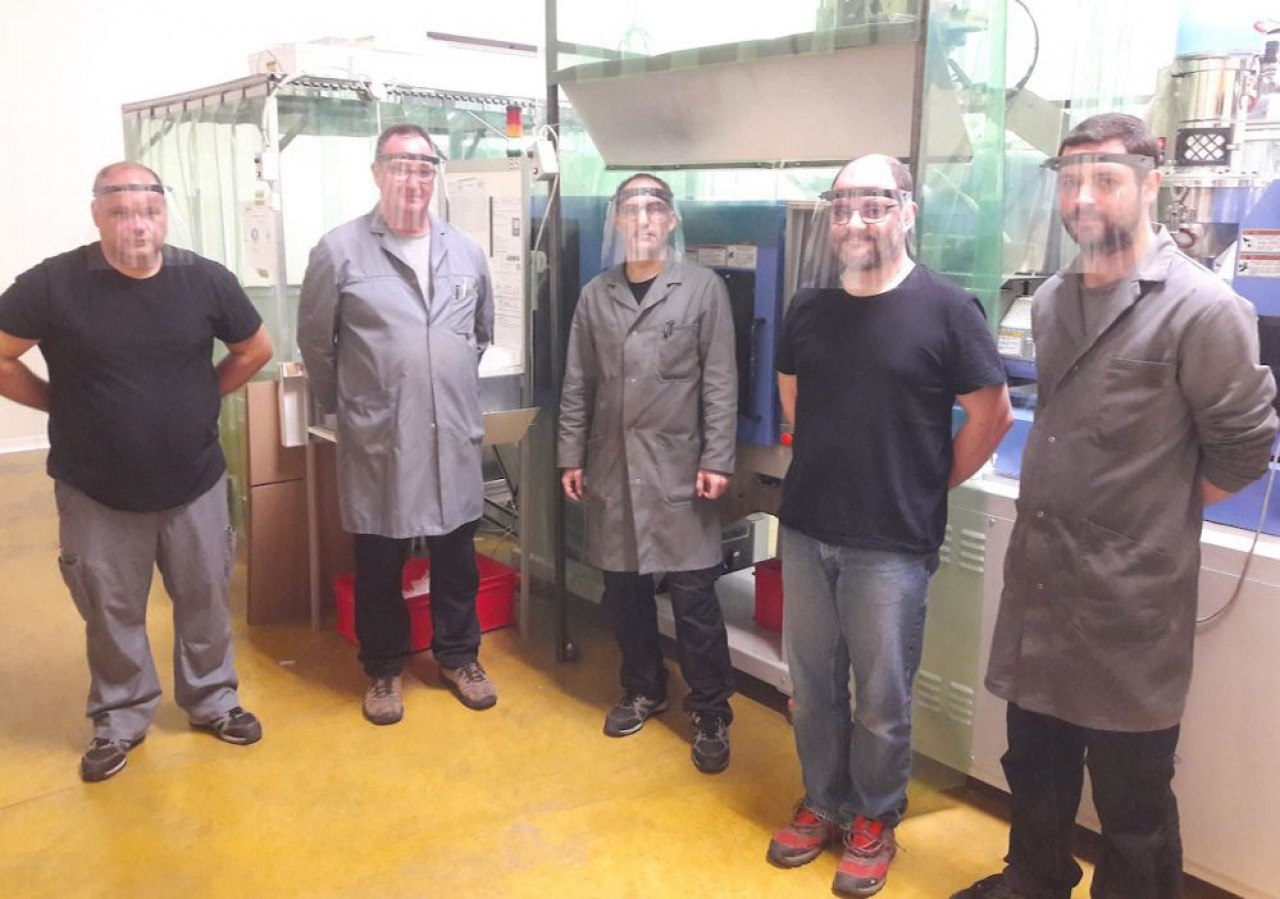 Une partie de l'équipe de PMB Plast qui a participé au projet de Florianne. Les hommes en polo opèrent comme règleurs sur presse à injecter, ceux en blouse sont les mécaniciens moulistes. © PMB Plast