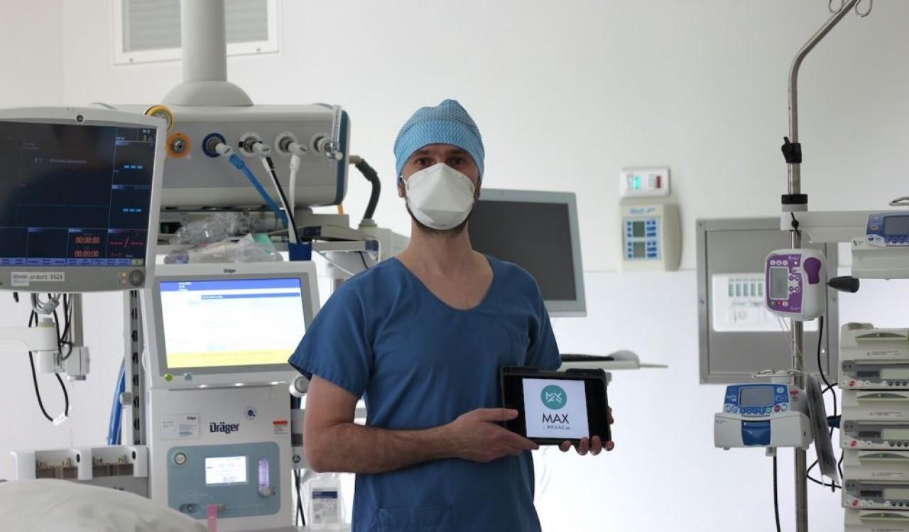 Le docteur Sébastien Mirek, médecin anesthésiste-réanimateur au CHU Dijon Bourgogne et aussi formateur en simulation en santé centre U-SEEM, ici avec l'application Max.