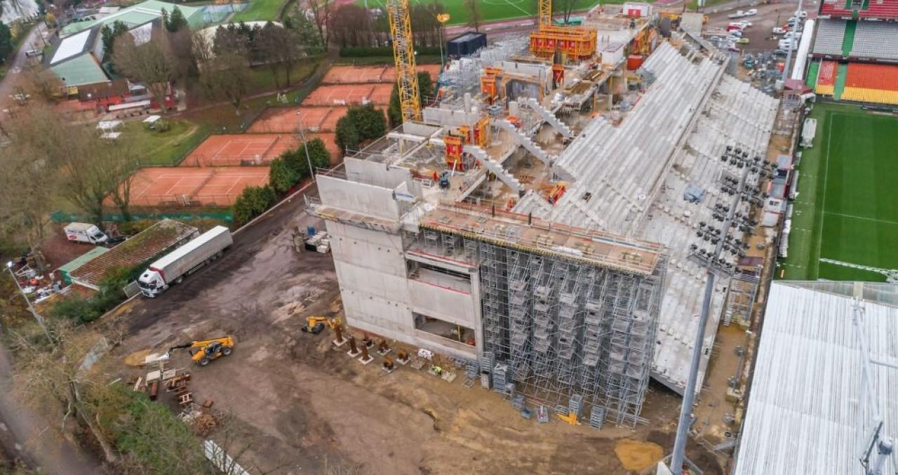 Les chantiers ont progressivement repris dans l'Est dans la deuxième semaine d'avril, à l'image de la nouvelle tribune du stade du FC Metz (Moselle). © Lor'N'Verif