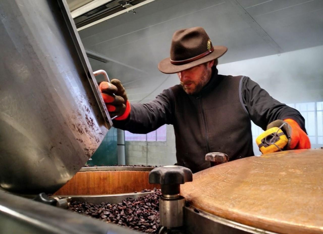 Mathieu Sabbath a repris la distillerie Eric Pigneret et l'a rebaptisée Alambic Bourguignon.