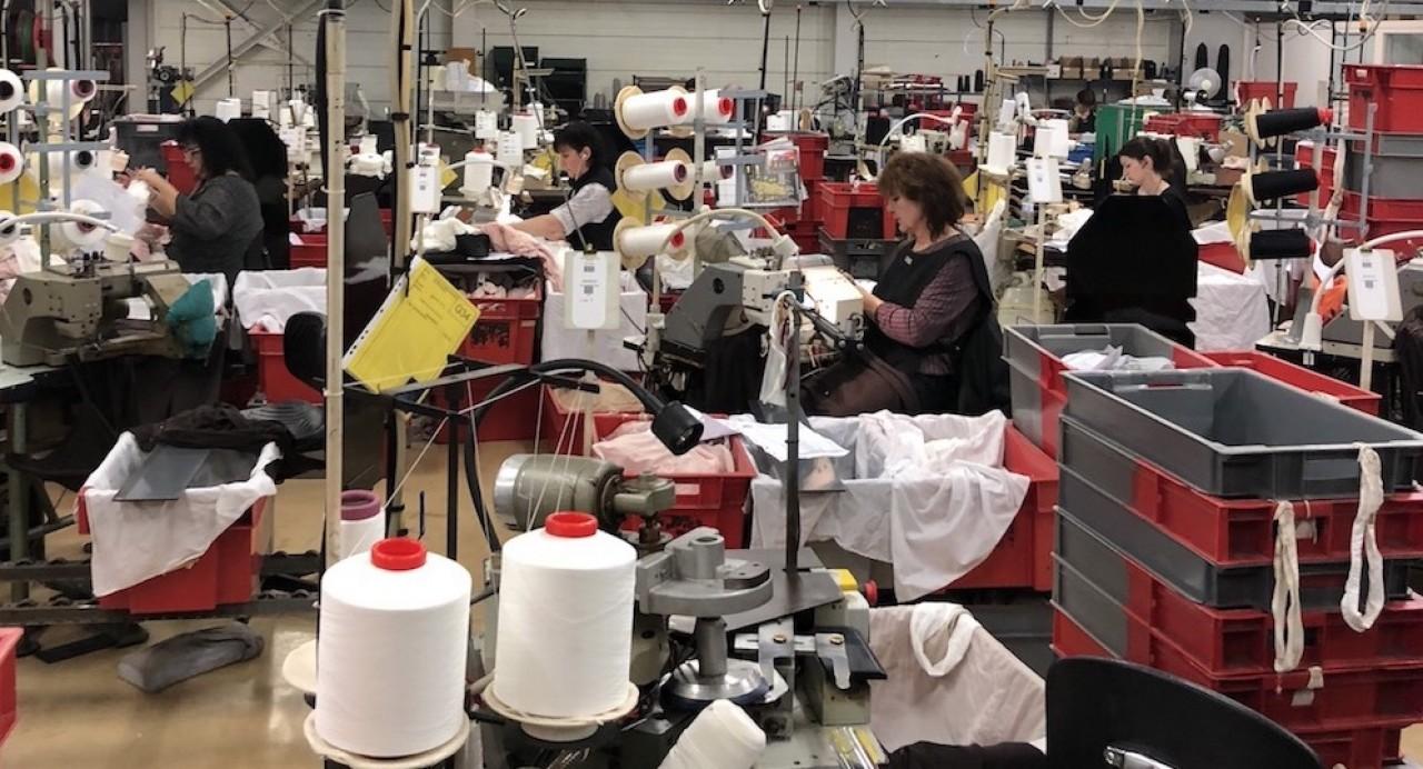 L'atelier d'assemblage des collants de la manufacture Gerbe à Saint-Vallier (Saône-et-Loire). © Arnaud Morel