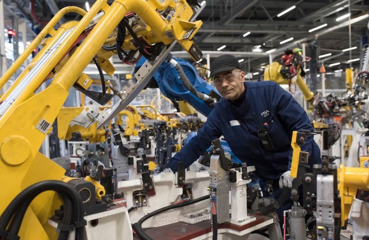 PSA Sochaux à moins d'une demi-heure de Belfort est un important employeur dans son bassin d'emploi, en direct ou dans la sous-traitance mécanique. Photo de l'usine de ferrage de Sochaux. ©LAMY Jean-François/ Groupe PSA, Communication Sochaux