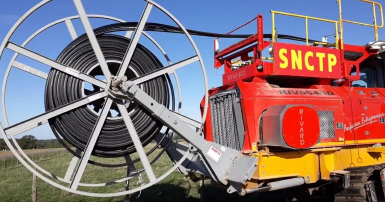 Le groupe Roger Martin exerce quasiment tous les métiers des travaux publics. Ici, une trancheuse pour le déploiement de la fibre optique de sa filiale SNCTP. © Roger Martin