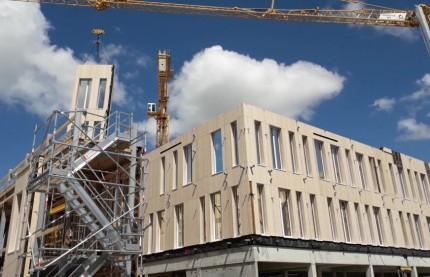 La construction du siège de la Caisse d'épargne de Bourgogne-Franche-Comté, tout en bois, a commencé