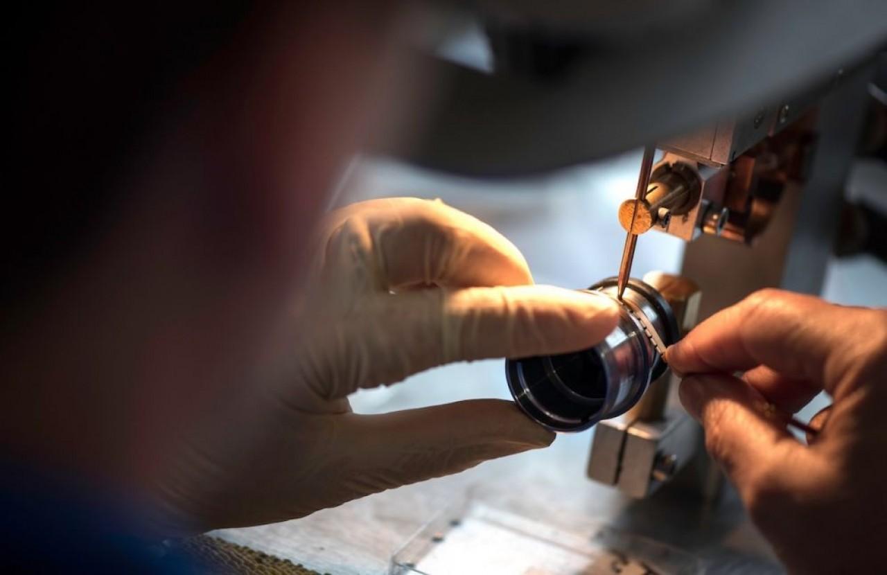 Peu d'entreprises des microtechniques travaillent pour un mono-marché. En photo, Cryla travaille pour l'aérospatial et le médical. ©Laurent Cheviet