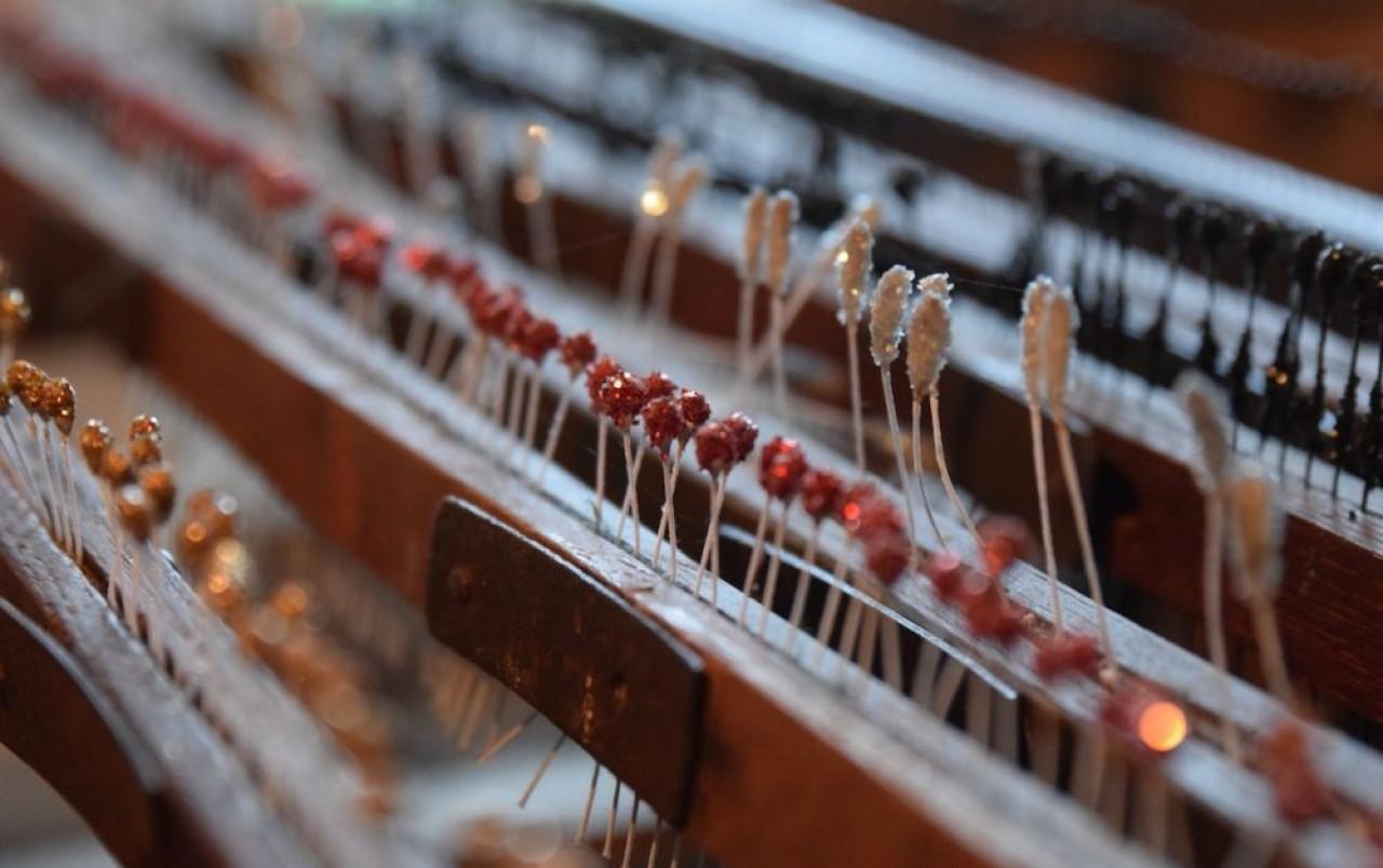 Le Moulin de la Fleuristerie fabrique des fleurs artificielles pour la haute couture, les cabarets et la bijouterie ; elle ouvre ses portes tout l'été au public. © Traces Ecrites