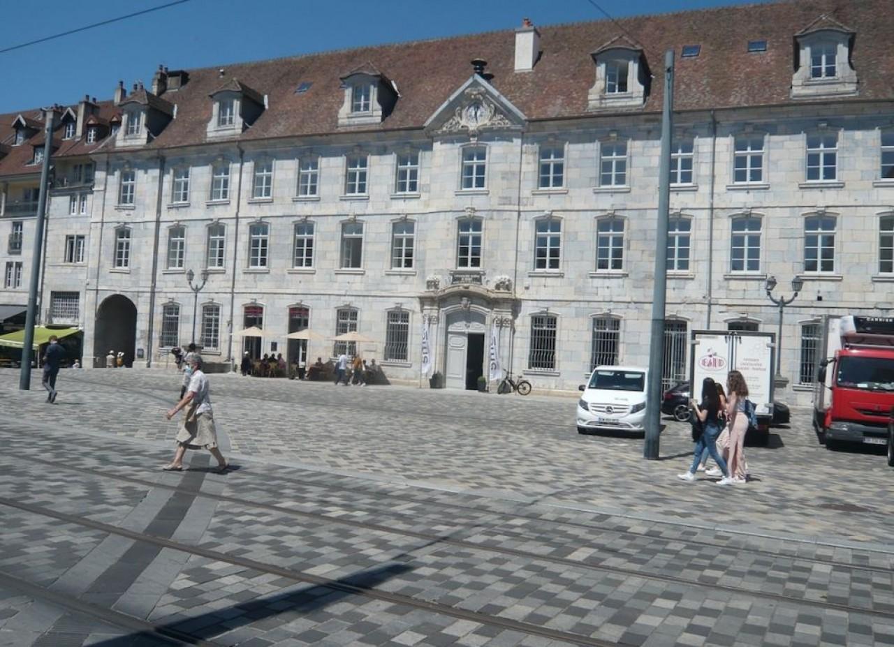 Ce vaste bâtiment du 18e siècle place de la Révolution abrite maintenant des logements. © Traces Ecrites