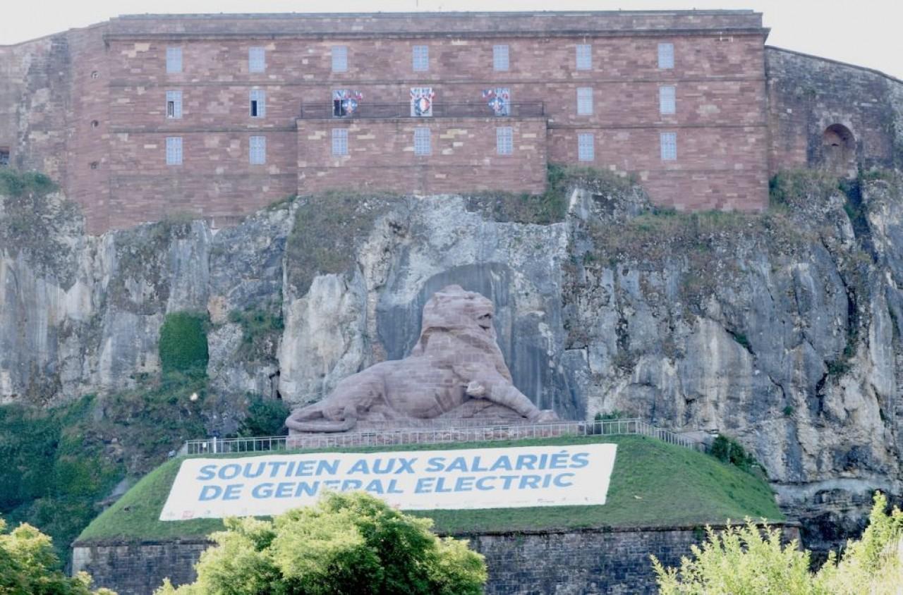 Le Lion de Belfort, avec la citadelle qui le surplombe, devient le monument préféré des Français. Photo de Traces Ecrites prise l'an dernier, toujours hélas d'une cruelle actualité.