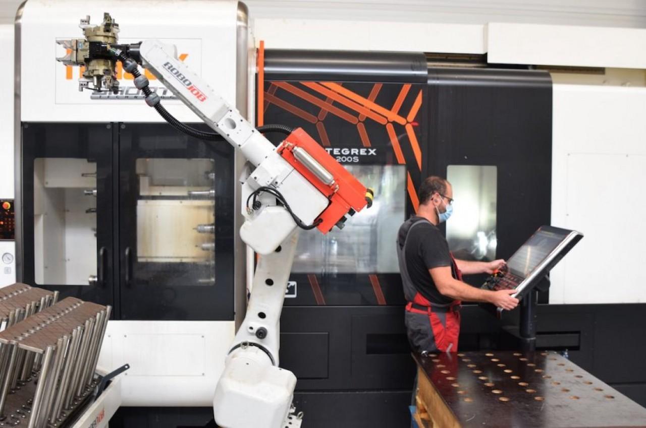 L'un des bras préhenseur qui équipe certaines machines à commande numérique de l'entreprise qui accueille un parc d'une vingtaine d'équipements. © Traces Ecrites