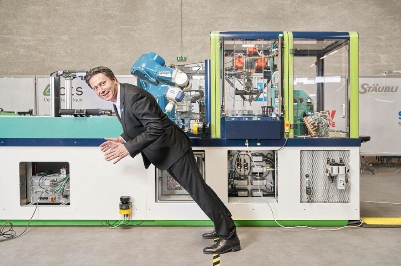 Rodolphe Roy, le PDG d'ATS devant la ligne automatisée Axelle conçue par le Collectif Continuité Numérique. © ATS/Bpifrance