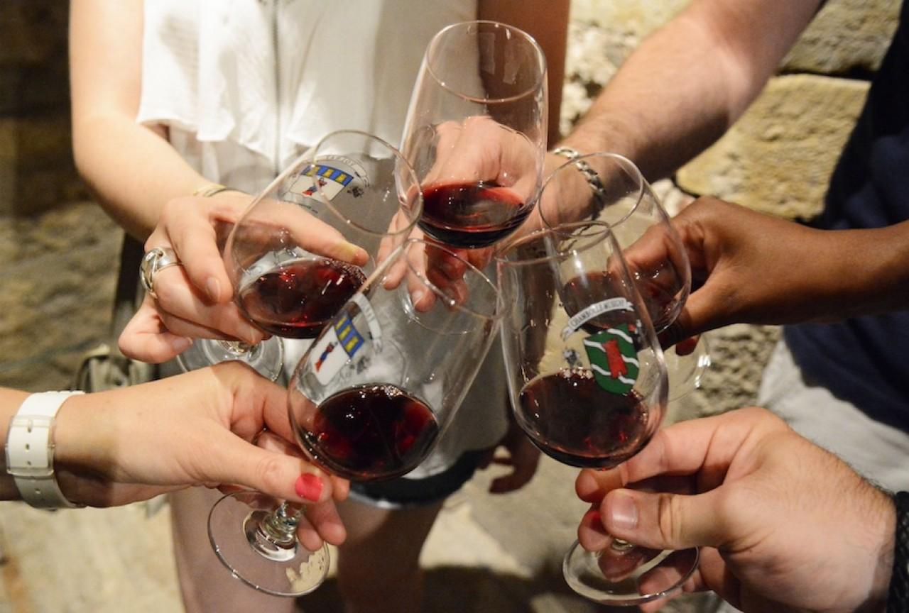Les vins français et notamment le bourgogne, doivent impérieusement reconquérir un public jeune qui se détourne de plus en plus de sa consommation, à l'exception de certains vins blancs abordables. © Rozenn Krebel