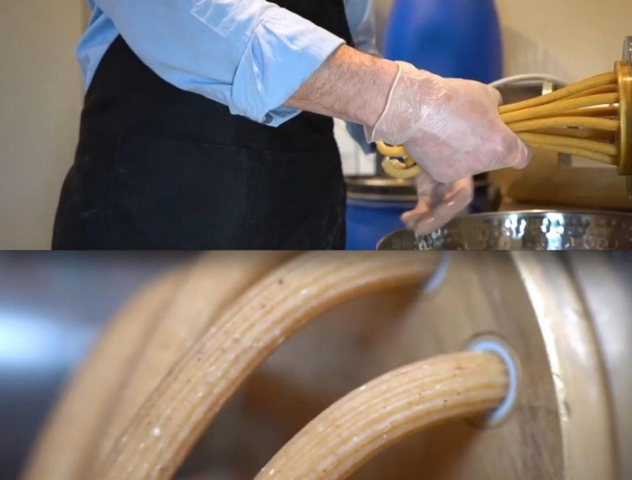 Sortie des pailles en pâte de la filière, ustensile donnant la forme voulue. Capture d'écran d'une vidéo rélaisée par © Benjamin Pawlica