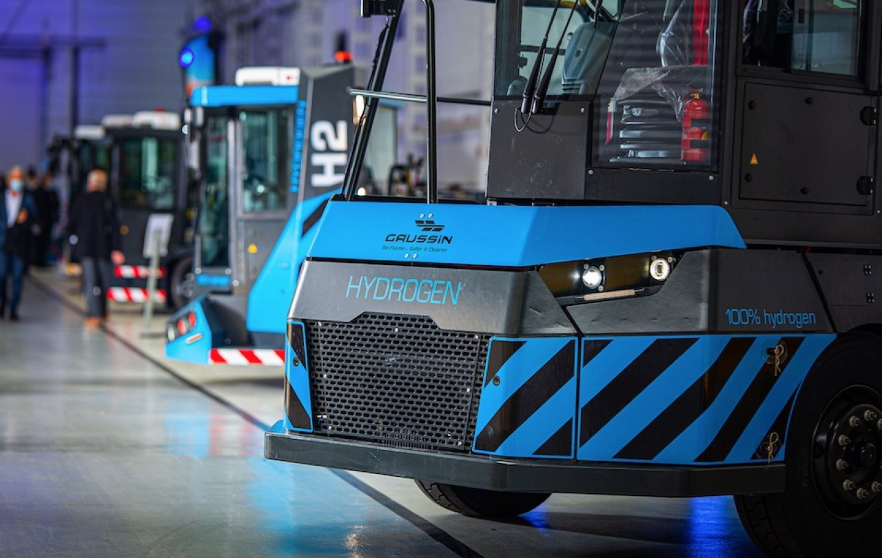 Gaussin Manugistique fait le pari de l'hydrogène dans la logistique. En photo, les deux premiers véhicules à hydrogène pour les centres de logistique et le transport des containers dans les ports. © Etienne Kopp