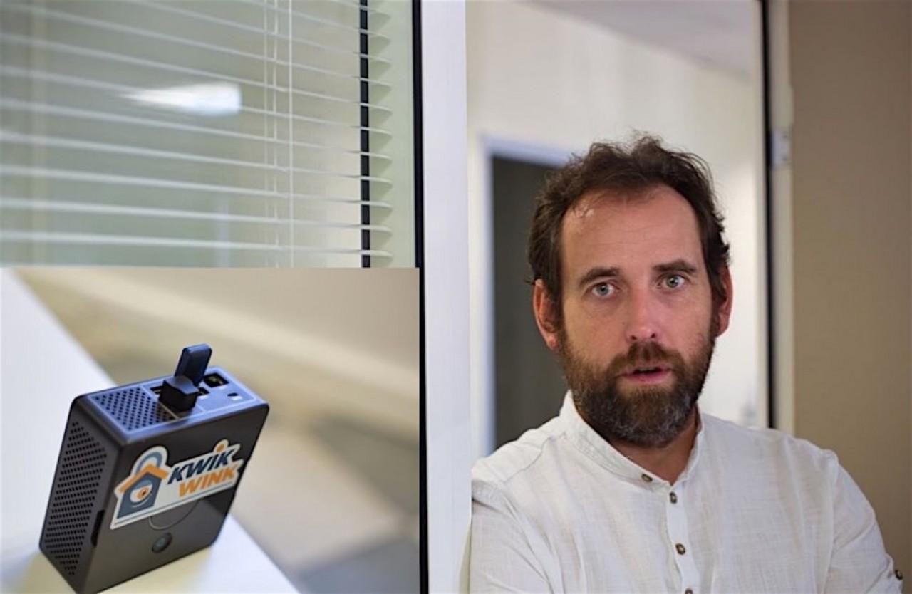 C'est ce petit boîtier, en vignette dans le portrait de Pascal Laurence, directeur de KwikWink, qui communique avec la serrure et la caméra connectées pour ouvrir la porte en l'absence des occupants. © Traces Ecrites