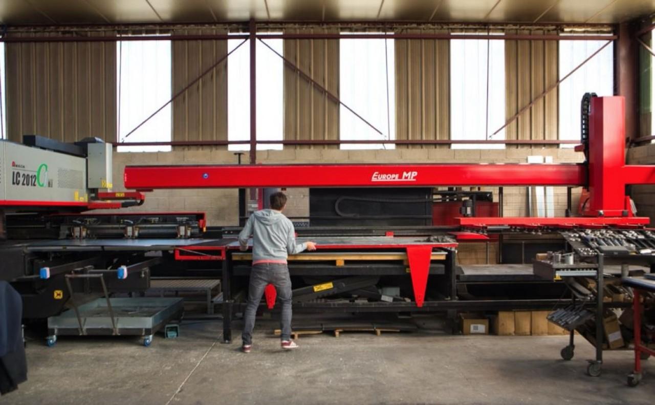 La Tôlerie Rémond a investi dans une machine laser et poinçonnage afin de réaliser des découpes très précises. © Arnaud Morel