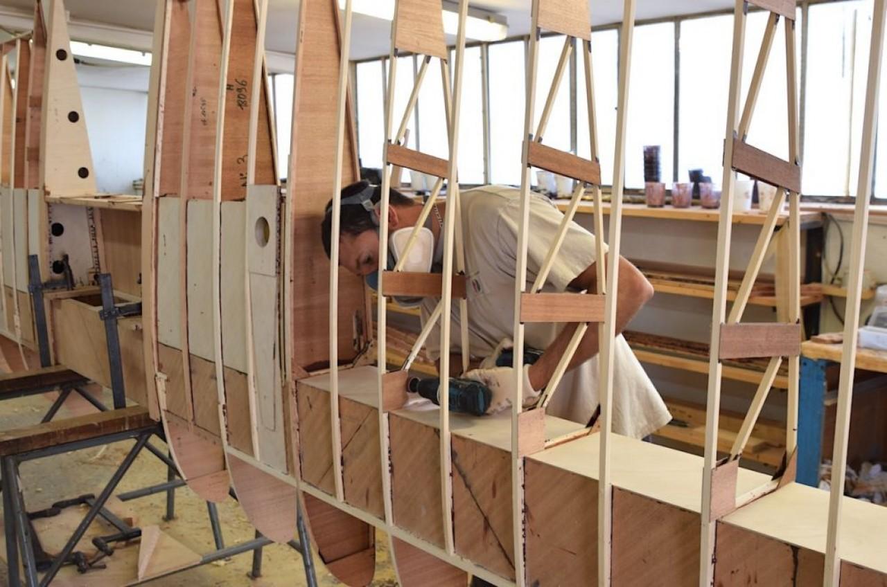 Dans l'atelier de Robin Aircraft, ponçage d'une des nombreuses nervures de la voilure (ici l'aile). ©Traces Ecrites