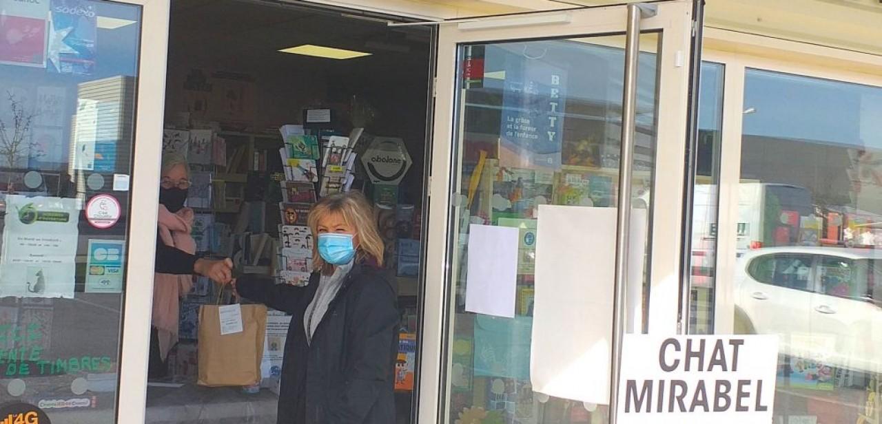 Click & Collect de livres à la librairie du Chat Mirabel à Mirebeau-sur-Bèze. © Traces Ecrites