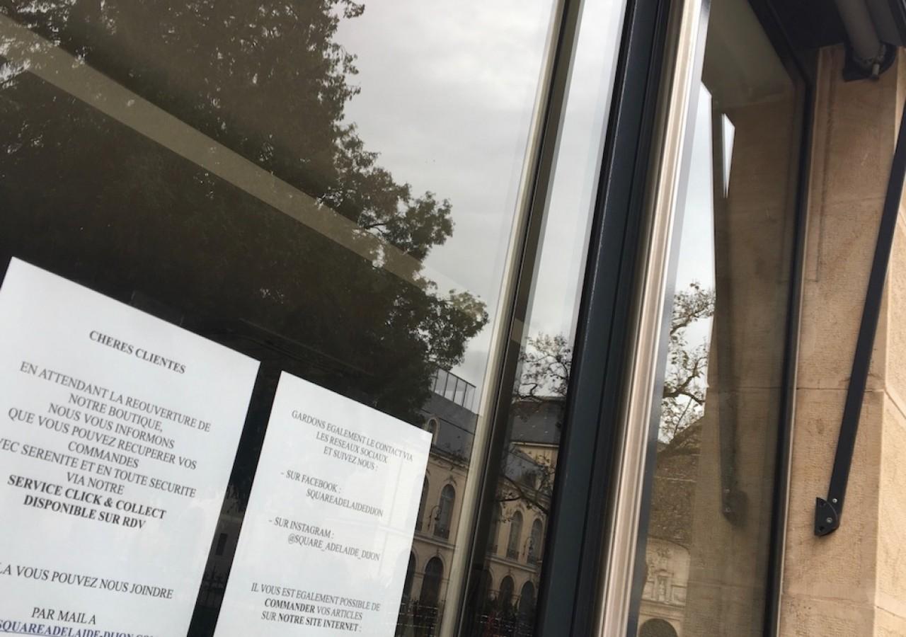 Beaucoup de commerçants, en photo dans le centre-ville de Dijon, ont mis en place le «clic & collecte» pour éviter une mévente totale. © Traces Ecrites