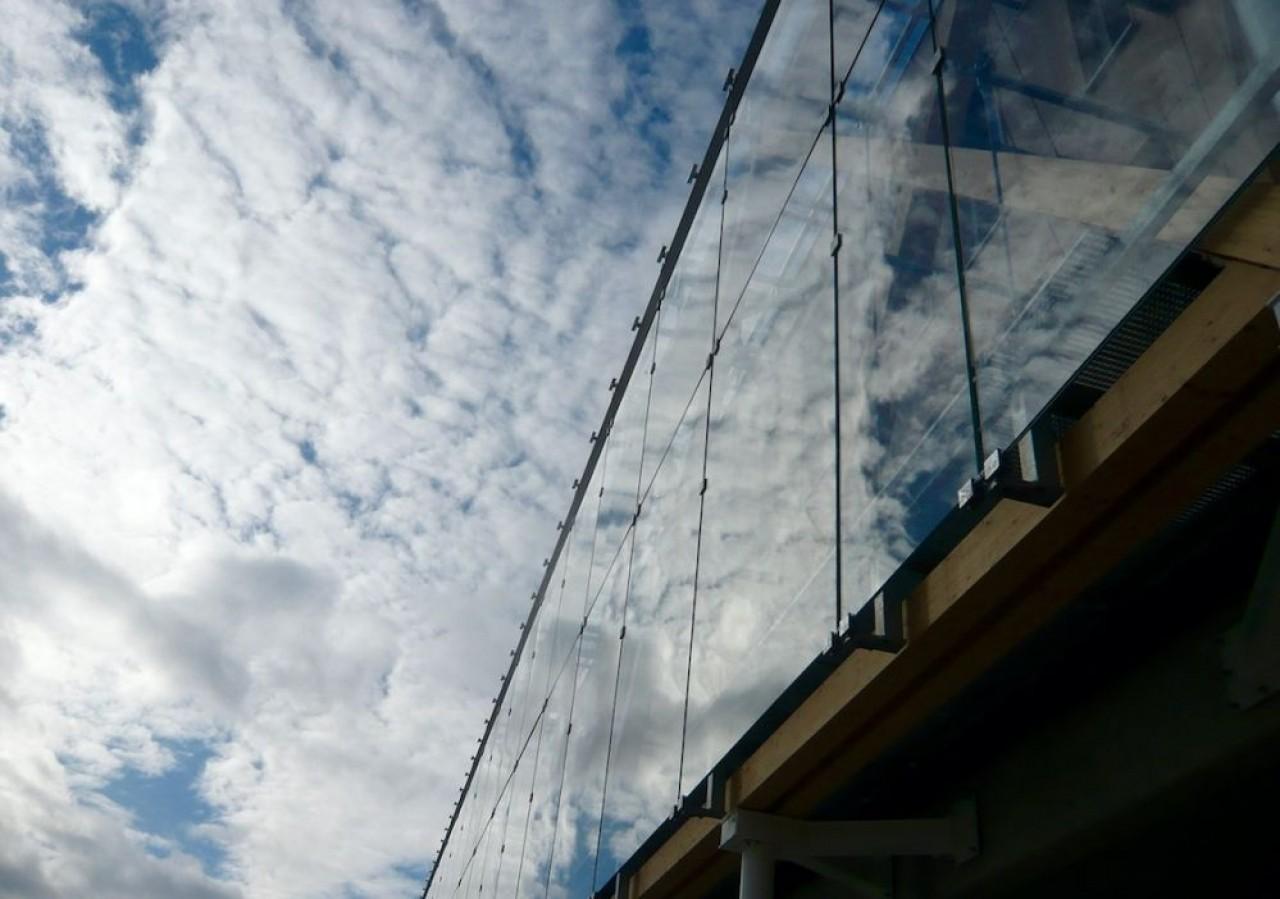 Signature architecturale du futur siège de la Caisse d'épargne de Bourgogne-Franche-Comté, la façade vitrée accrochée devant les façades en bois renforce l'isolation du bâtiment. © Traces Ecrites