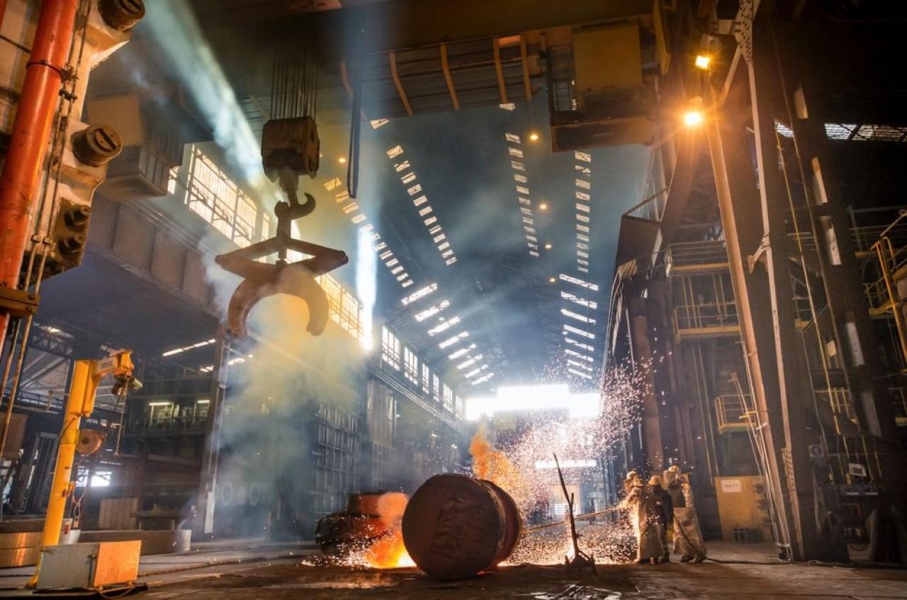 Opération de chaudronnerie sur une pièce de générateur de vapeur de type EPR à l'usine Framatome de Saint-Marcel, près de Chalon-sur-Saône. © Cyrille Dupont