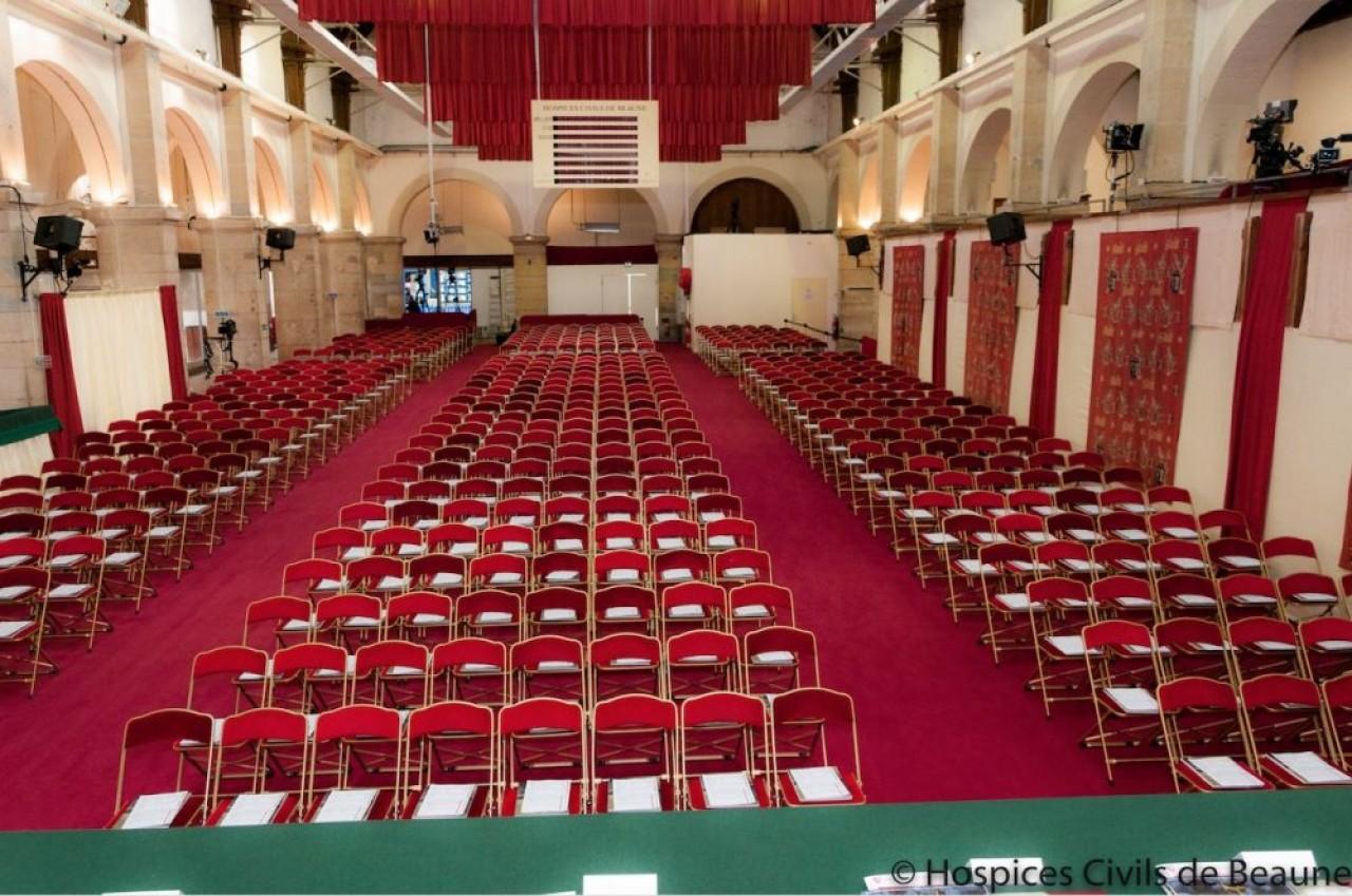 De 568 places assises comme la configuration ci-dessus, la salle des ventes passera dimanche 15 novembre à seulement 250, élus et personnel de Christie's inclus, crise sanitaire oblige.