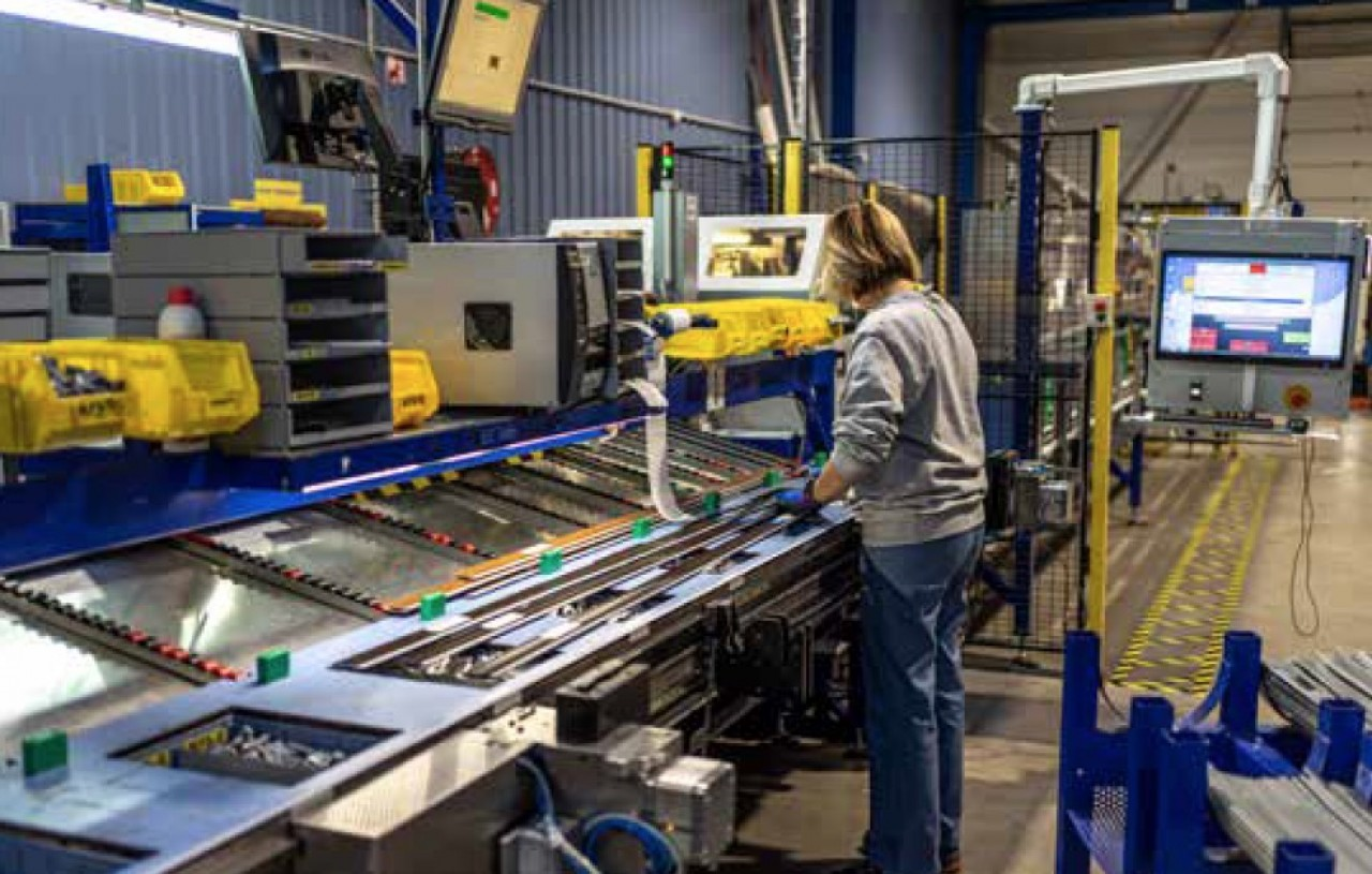 Le fabricant de volets roulants Soprofen à Froideconche (Haute-Saône) recrute principalment des opérateurs polyvalents (conducteurs de lignes, laqueurs, thermolaqueurs). © Soprofen