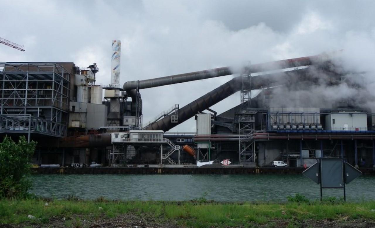 La chaleur résiduelle de l'industrie paraît représenter le gisement le plus prometteurpour que Strasbourg atteigne les 100% énergies renouvelables sans géothermie en 2050. En photo, l'aciérie allemande BSW de Kehl. © Traces Ecrites