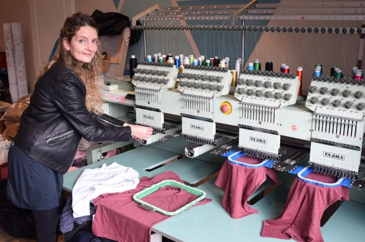 Eugénie Gay, fondatrice des Chipies d'Eugénie, s'est formée elle-même à la broderie, à la couture et au tricotage. © Traces Ecrites