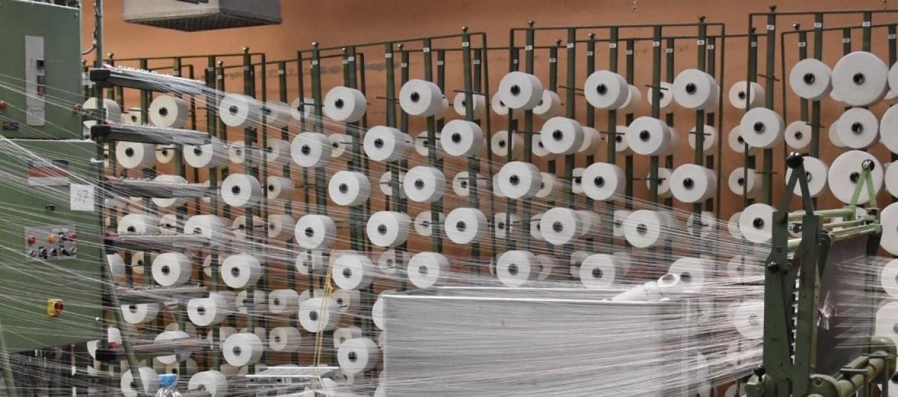 Pierre Schmitt  qui dirige un groupe d'entreprises dans le textile en Alsace, veut relocaliser filature et tissage en France en pariant sur le biosourcé. © Julie Giorgi