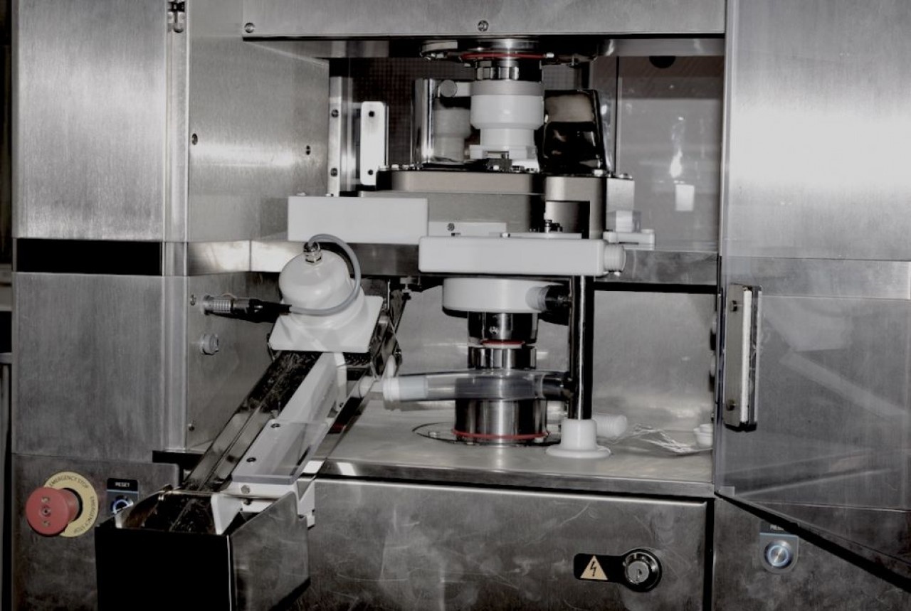 Ce simulateur de compression, équipement phare du centre d'expertise des poudres Powder On, est capable de reproduire toutes les presses à comprimés de l'industrie pharmaceutique. © Traces Ecrites