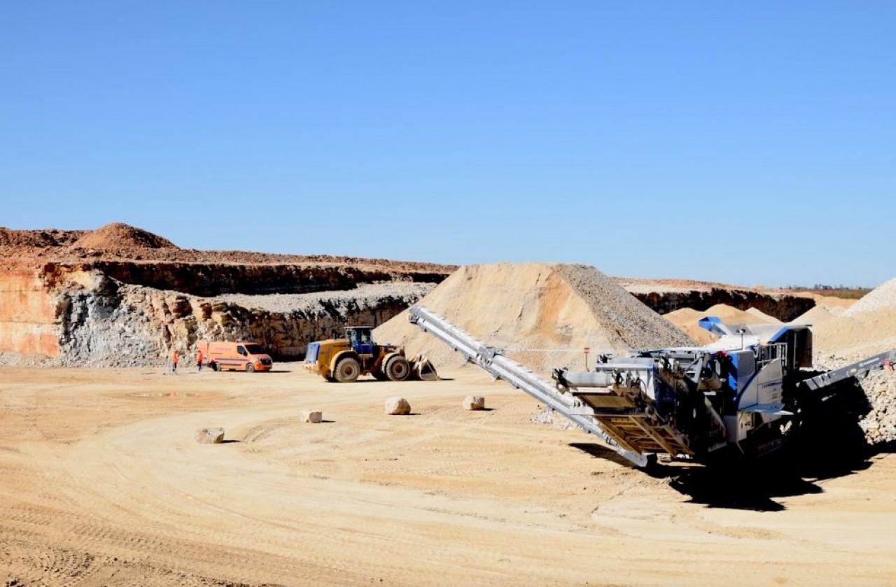 La carrière de Prenois (Côte-d'Or) s'étend sur 15 hectares, dont 12 exploitables pour l'extraction de roches calcaires appelées à devenir des agrégats routiers et de drainage. © Traces Ecrites