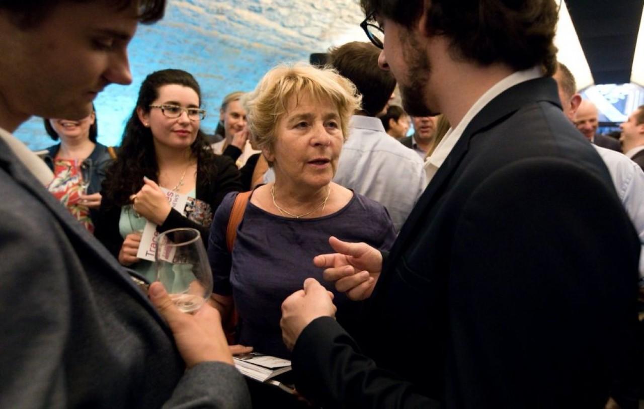 Marie-Guite Dufay a montré qu'elle affectait particulièrement la rencontre avec les entrepreneurs. Ici, lors du lancement de l'édition 2018 du magazine Le best of de Traces Ecrites News avec les jeunes ingénieurs d'Ergo Briante de Belfort. © J.-C.Tardivon