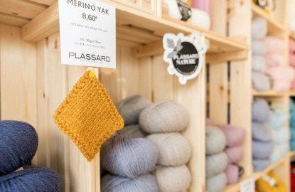 Propulsée par les confinements, Laines Plassard remet le tricot à la mode