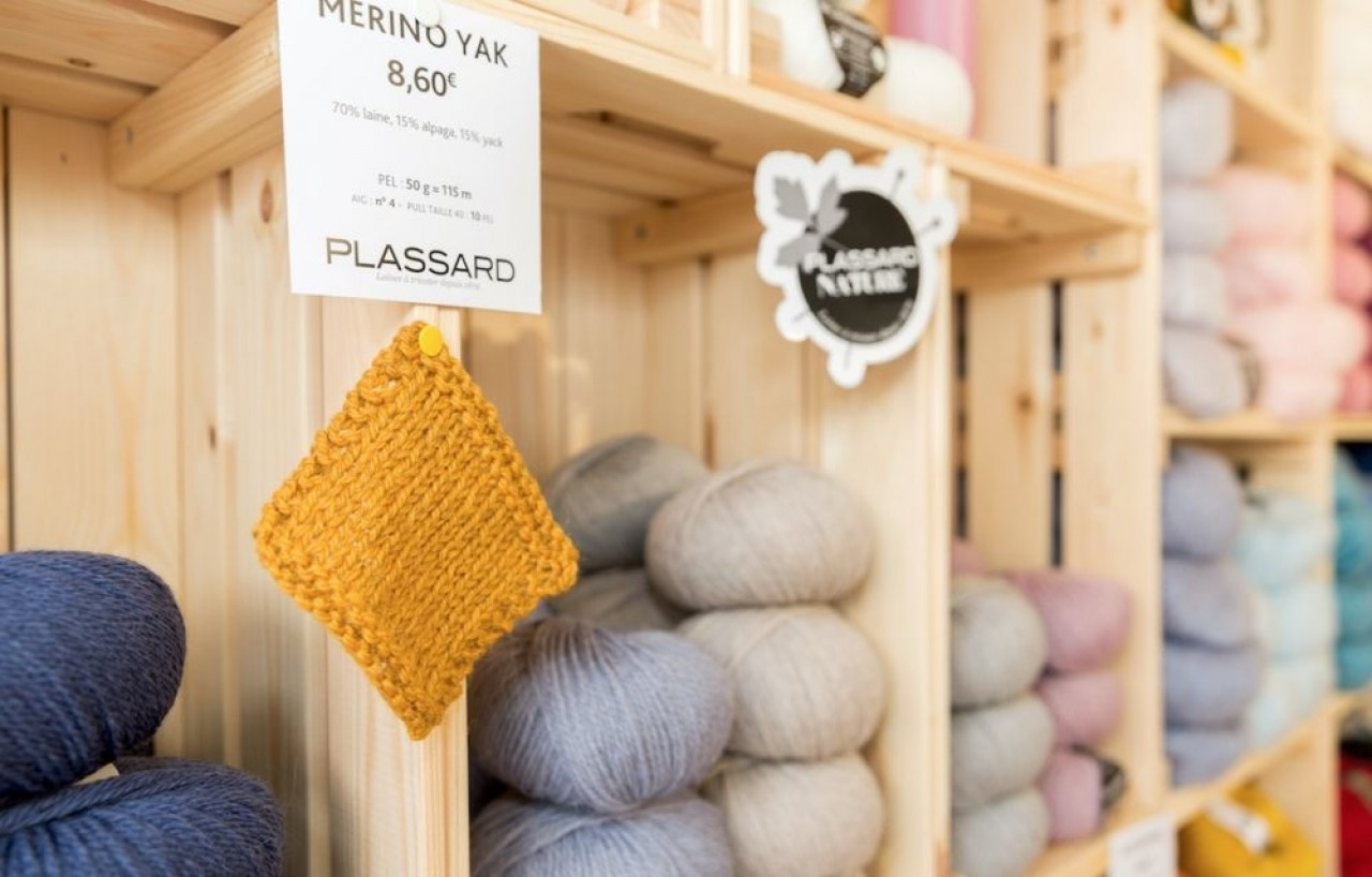 Laines Plassard cherche à se distinguer sur un marché très concurrentiel avec des mélanges de fils nobles et naturels, comme ici sur la photo, de la laine de yak, ou encore un 100% Alpaga des Andes,  certifié  Fair Trade. © Gaël Fontany
