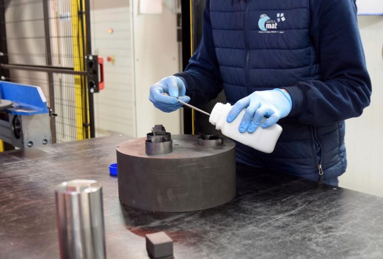 Avec la technique du frittage Flash, Sintermat obtient des matériaux avec des caractéristiques améliorées. En photo, la fabrication d'une pièce commence avec le remplissage d'un moule avec de la poudre métallique. © Traces Ecrites
