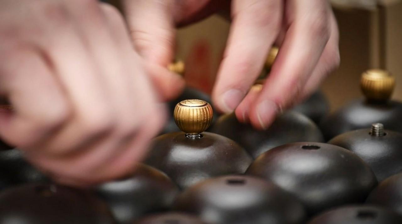 Montage de poivriers avec pose du bouton de règlage sur le chapeau.