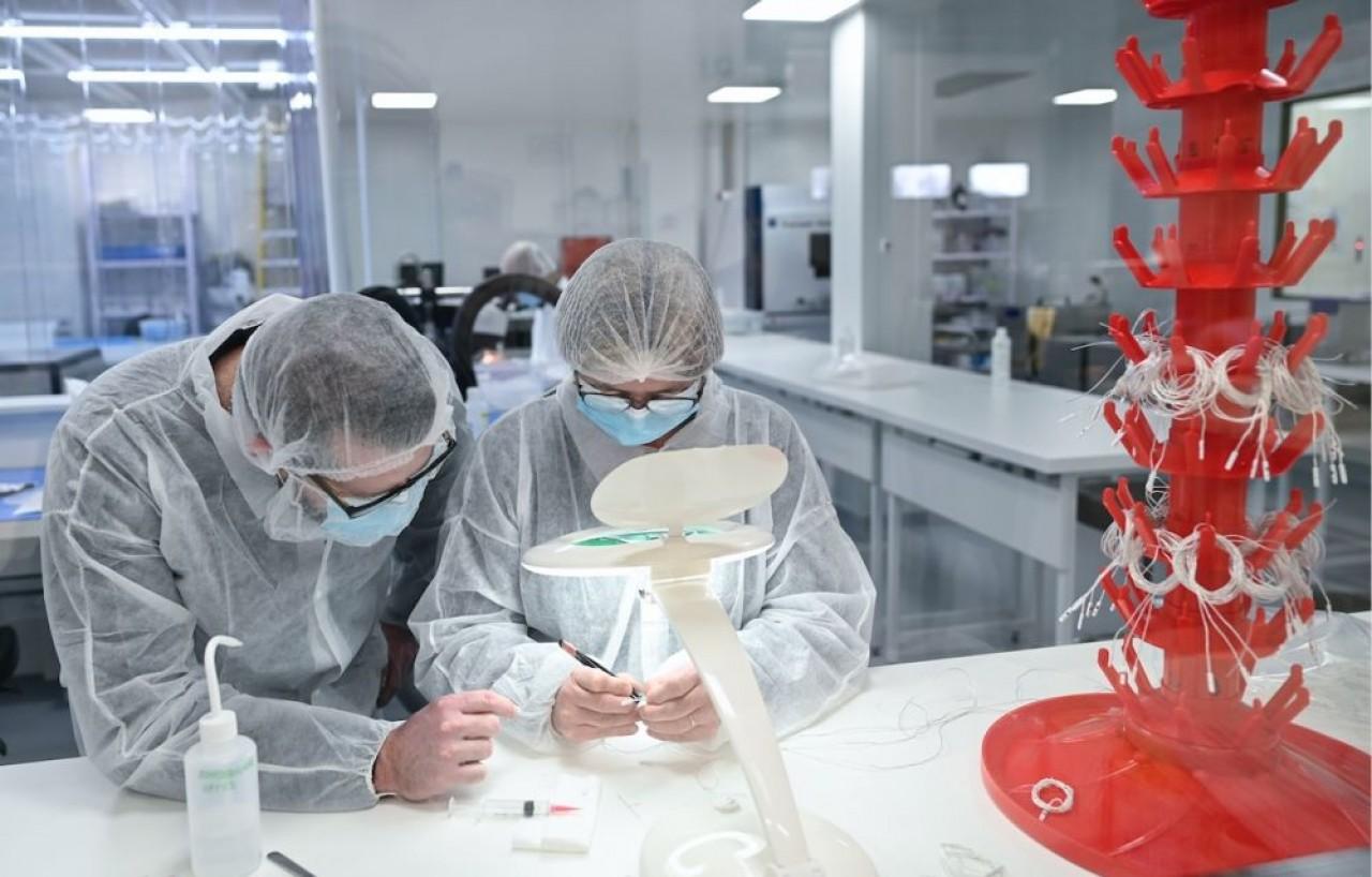 Dans la salle blanche de 200 m2 de Cisteo Médical, les opérateurs sont polyvalents. Ici, assemblage de sondes intelligentes. © Laurent Cheviet