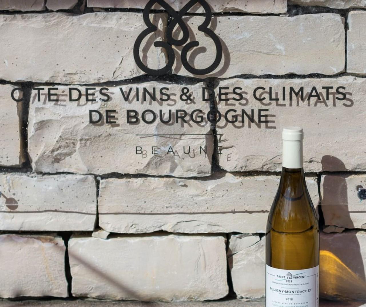 La première pierre de la Cité des Vins de Beaune a rendu hommage à la Saint- Vincent Tournante 2021, repoussée à 2022, dont une bouteille de la cuvée dédiée est présentée devant un échantillon du socle du bâtiment en pierre de Comblanchien. © Michel Joly