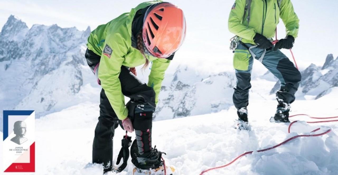 Deux des membres de la Compagnie des Guides de Chamonix en plein essayage des chaussettes chauffantes Monnet. © Monnet