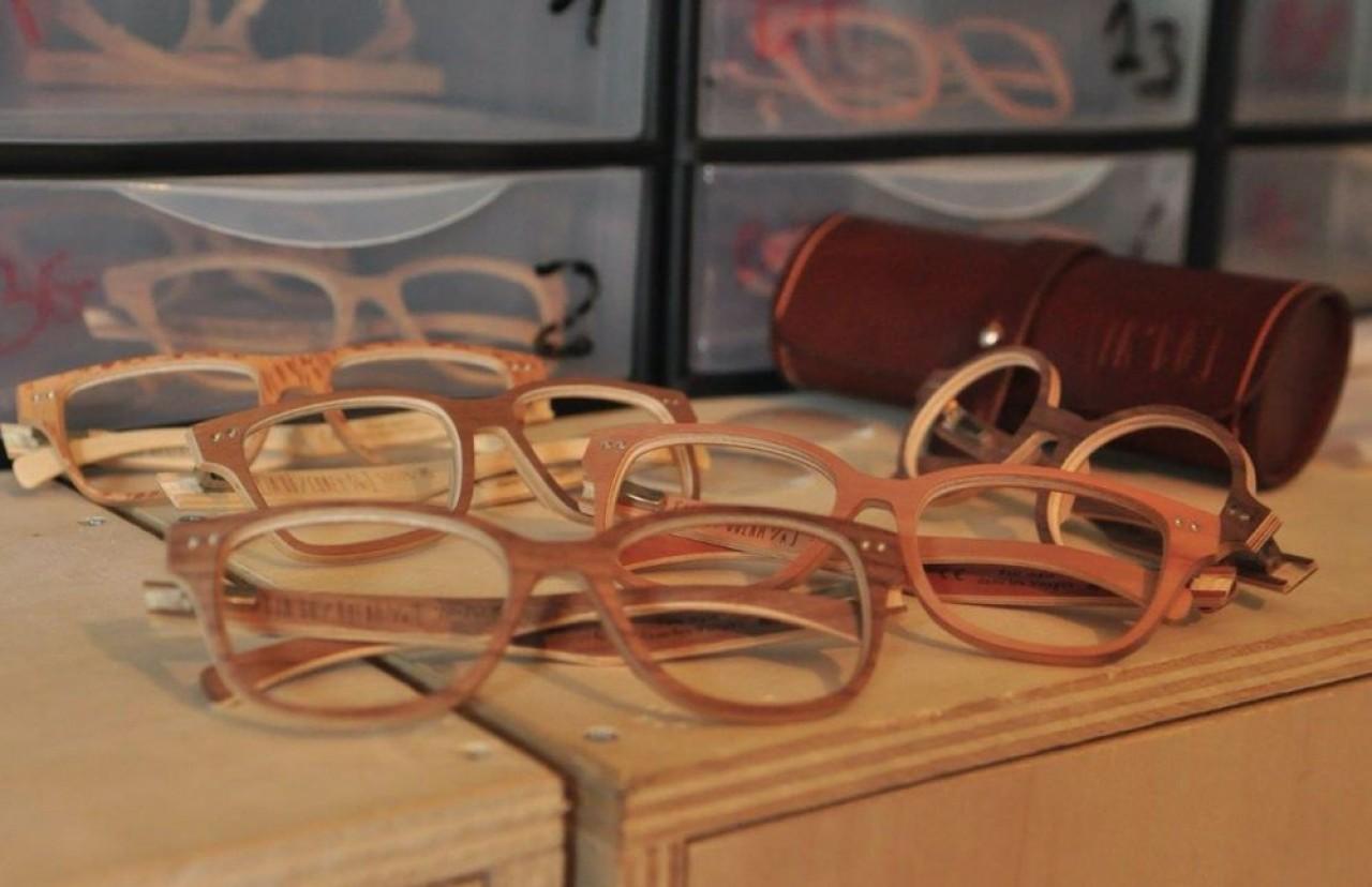 Le fabricant de lunettes en bois In'Bô s'appuie sur un réseau de 850 opticiens partenaires en France et vend environ 10.000 paires par an. © Philippe Bohlinger